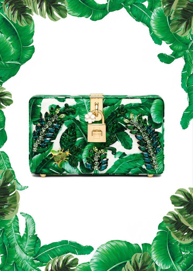 """Te acuerdas de la colección """"Botanical garden"""" de Dolce & Gabbana que se presento el año pasado para verano 2017??   Pues está más actual que nunca: el color greenery, estampado tropical hasta en la sopa, a parte de en bolsos y zapatos. Bordados y adornos de frutas e insectos y es que lo tiene todo...  #colecciones #moda #estilo #diseño #verano #printtropical #dolcegabbana #collectiones #fashion #trendy #style #design #details #inspiration #lookbook #love #beautiful #glamour #luxury #sum"""