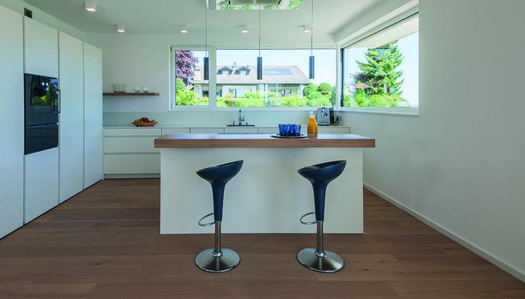 Puristische moderne küche mit weissen fronten und küchenblock mit essplatz