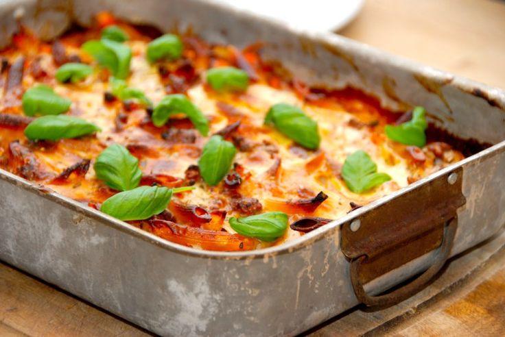 Hjemmelavet lasagnette med pastapenne og en lækker kødsovs. Pasta vendes med kødsovsen, og til sidst hældes den hvide bechamelsovs over, inden lasagnetten bages i cirka 30 minutter i ovnen. Foto: Guffeliguf.dk.