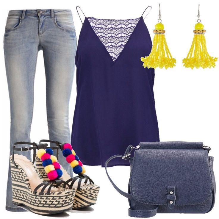 Top in seta blu con pizzo, jeans a vita bassa modello a zampa, sandali con zeppa e plateau in pelle e tessuto, borsa a tracolla in finta pelle blu con chiusura magnetica, orecchini pendenti gialli.