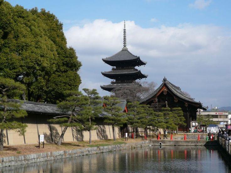 京都  東寺。南大門と五重塔。