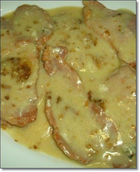 INGREDIENTES:   - Filetes de lomo  - Nata para cocinar  - Ajo  - Aceite  - Pimienta en polvo ( más común y barata)   ELABORACIÓN:   - Primer...