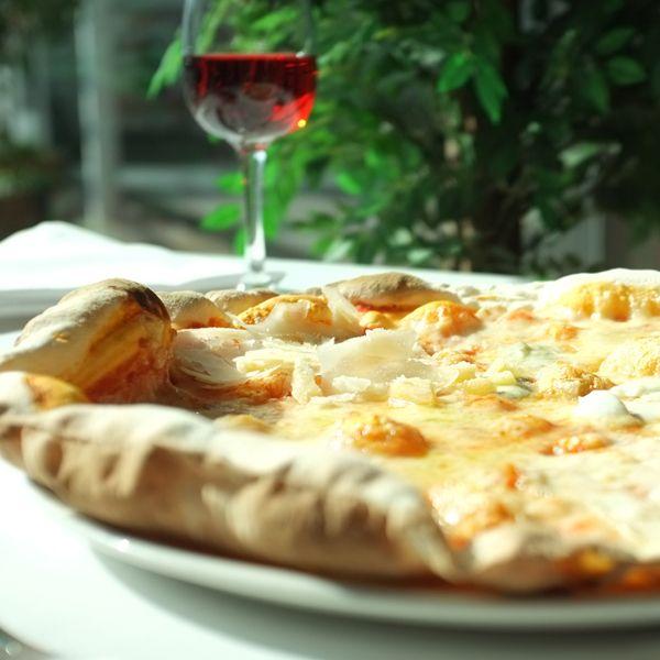 #Mozzarella, #grana padano, #gorgonzola y #emmental. 4 espectaculares #quesos para una #pizza el cuádruple de deliciosa:  4 Formagi. . http://www.latagliatella.es/menu/le-pizze-pizzas/