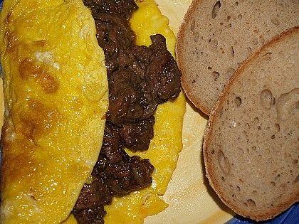 Drobně nakrájenou cibulku zpěníme na másle, přidáme kmínem, pepřem a solamylem posypaná játra a deset minut zprudka opečeme. Potom játra osolíme,...