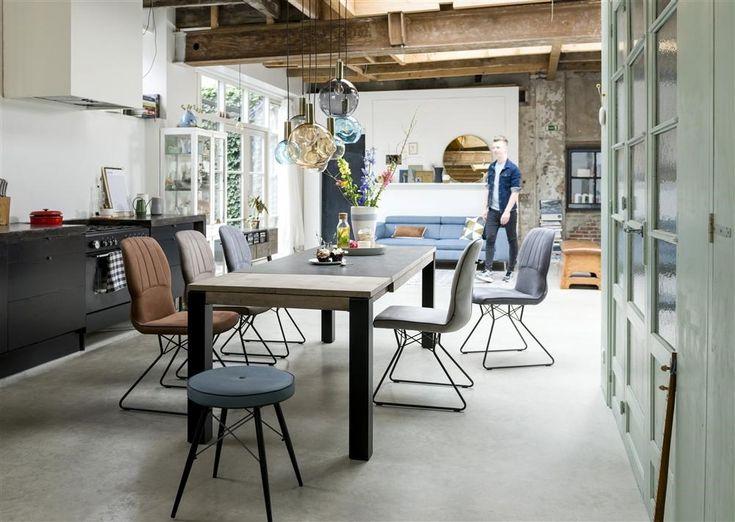 XOOON Lance leren eetkamerstoelen met zwart frame. Verkrijgbaar in 3 kleuren: gebroken wit, cognac en antraciet
