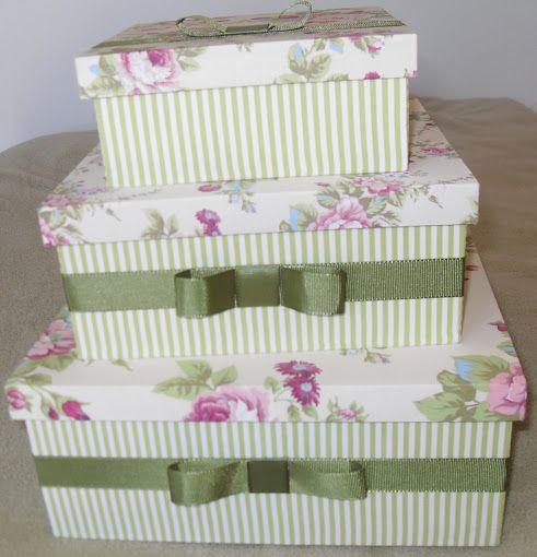 Kit com 03 caixas de MDF forradas com tecido listrado na cor verde e um delicado floral, tem ainda um laço chanel de fita gorgurão verde.