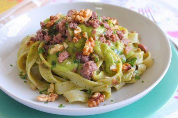 Tagliatelle con crema di zucchine, salsiccia e noci