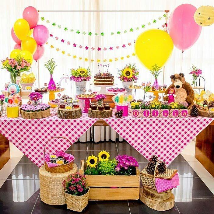 Masha e o urso numa decoração de festa para meninos