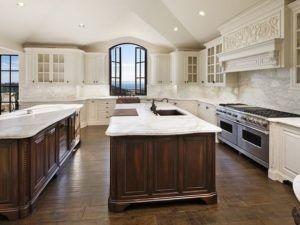 Die Fenster bieten den atemberaubenden Blick nach draußen ist eine große Bereicherung für diese braune und weiße Küche.