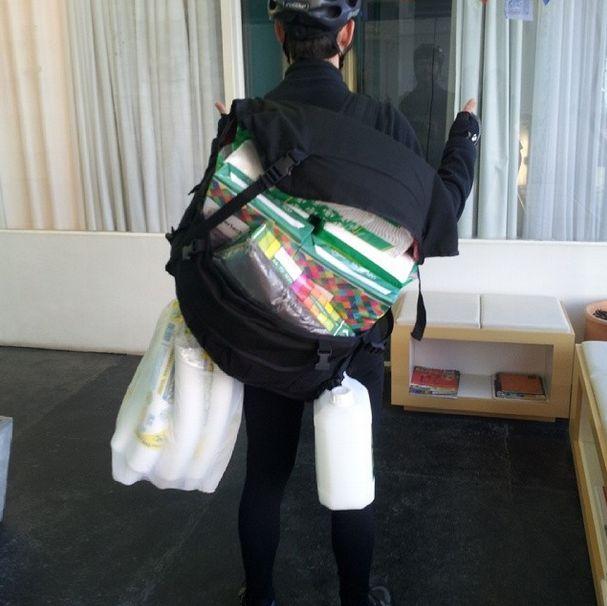 5 pacotes de papel toalha, 3 resmas de papel A4, 10 pacotes de copos descartáveis, 1 galão de 5L de sabonete líquido e 1 pacote de sacos de lixo. Só isso. #cwbmess #levatudo #curitiba #messlife #bikemessenger #fixedgear #cycling