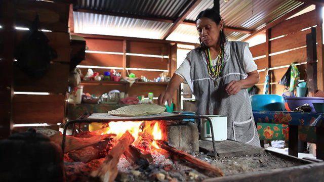 El maíz es un alimento sagrado para los mayas, con él, las mujeres realizan sabrosas ltortillas que son parte fundamental de su dieta. Koh María y Koh Paniagua, a pesar de su edad, las siguen elaborando, no sólo para ellas, sino también para sus hijos y sus nietos. Recolectar, desgranar, moler, amasar y cocinar es un duro trabajo que queda recompensado cuando las reparten. Una situación no muy diferente a la de muchos hogares en el mundo.