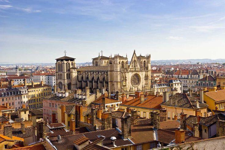Lyon Antigua capital de la Galia y de la Francia medieval, Lyon es la tercera ciudad del país, centro financiero de primer orden y Patrimonio de la Humanidad de la Unesco por su magnífico y bello centro histórico. Deja tus maletas en el Hôtel Le Royal Lyon y pasea por sus calles adoquinadas