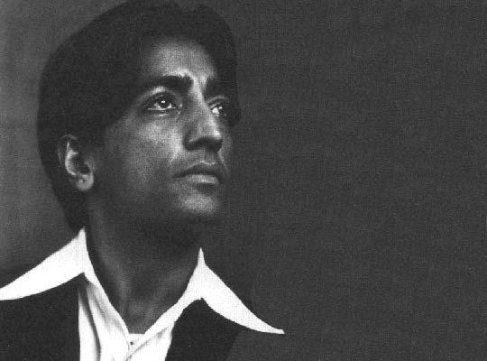 """Jiddu Krishnamurti (1895-1986) """"La verità è una terra senza sentieri. L'uomo non può arrivarci tramite alcuna organizzazione, credo o dogma, preti o riti, e nemmeno attraverso la conoscenza filosofica o una tecnica psicologica. Egli la deve trovare attraverso lo specchio della relazione, attraverso la comprensione dei contenuti della propria mente, attraverso l'osserva- zione e non con analisi intellettuali o dissertazioni introspettive"""""""