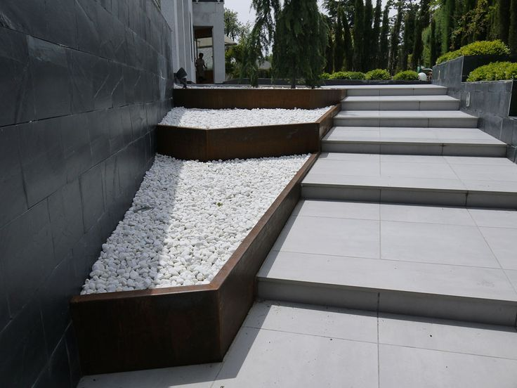 entrada a jardn minimalista cajones de acero corten tipo jardineras con canto blanco y en