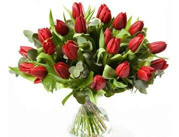 Tulpen voor Valentijn  Valentijnsboeket met mooie sterke rode tulpen. Verkrijgbaar bij www.bloemenweelde-amsterdam.nl