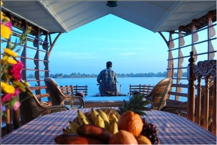 Sailing along in a 'kettuvallam' (houseboat) through the enchanting backwaters of Alappuzha is sure to rob your heart.