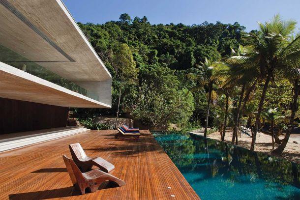 Κατοικία στη Βραζιλία. Ο αυστηρός γεωμετρικός σχεδιασμός συνδιαλλάσεται με τη φύση.