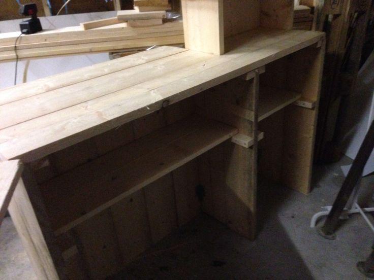 Achterzijde balie steigerhout. Nog wat details bijwerken en dan schuren en schilderen www.schoonheidsalonpura.nl