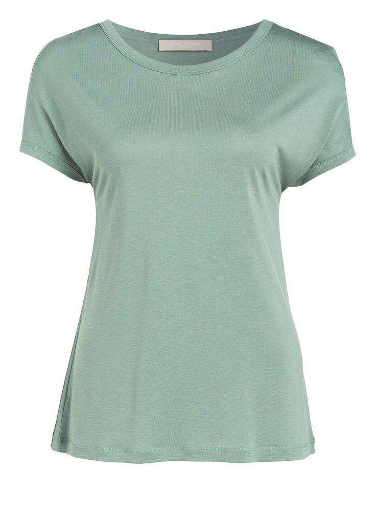 Das Damen-T-Shirt von Marc O'Polo Pure besticht mit erstklassiger Qualität und einzigartiger Haptik. Das glatte, leicht fließende Material liegt angenehm weich und locker auf der Haut. Der entspannte Schnitt unterstreicht diesen Charakter. Ein hochwertiges Basic, das in eine gut sortierte Garderobe gehört!Details:Gerader Schnitt Rundhalsausschnitt Überschnittene Schultern Angeschnittene Ärmel Glatte, leicht fließende Materialqualität Maße bei Größe S:Rückenlänge ab Schulter: 66 cm