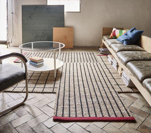 Tapis en fibres naturelles, IKEA. Partant du constat que nous avons l'habitude de vivre près des arbres et du sol pendant des milliers d'années et que maintenant nous nous déplaçons dans une jungle de béton dans nos grandes villes, IKEA a souhaité retrouver cette proximité avec la nature dans notre intérieur avec une collection spéciale. Ainsi la marque propose pour 2017 des tapis aux fibres ultra naturelles qui apporteront une touche green à nos intérieurs.