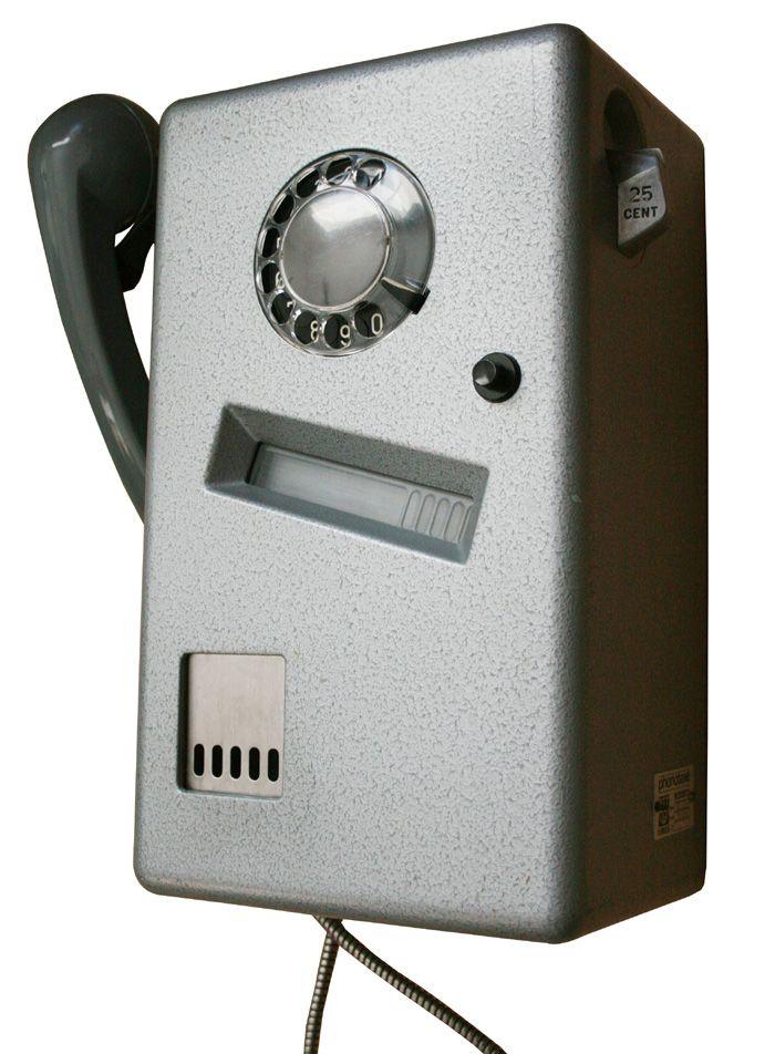Openbare telefoon. Door het raampje kon je zien hoeveel kwartjes je nog had om te bellen.