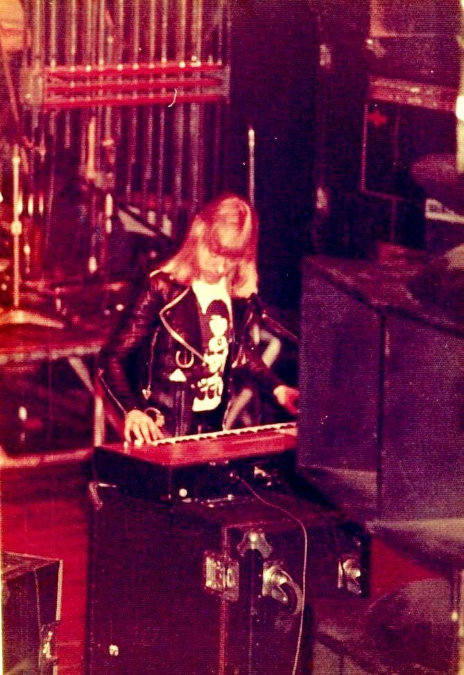 https://flic.kr/p/qUsnfo | 1975 - Sweet, The - Brian Connolly - lead voc,key | Brian on keyboard