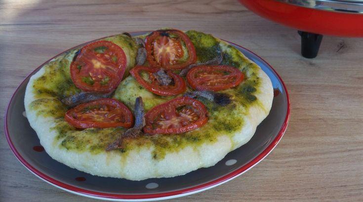 Focaccia+con+pesto+di+kale,+pomodoro+e+acciughe
