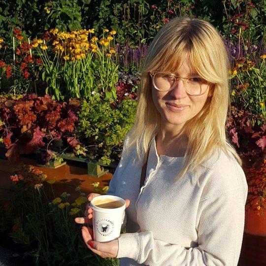Fin tjej som kisar i solen  lokalt kaffe från @bergstrandskafferosteri . Bra combo!