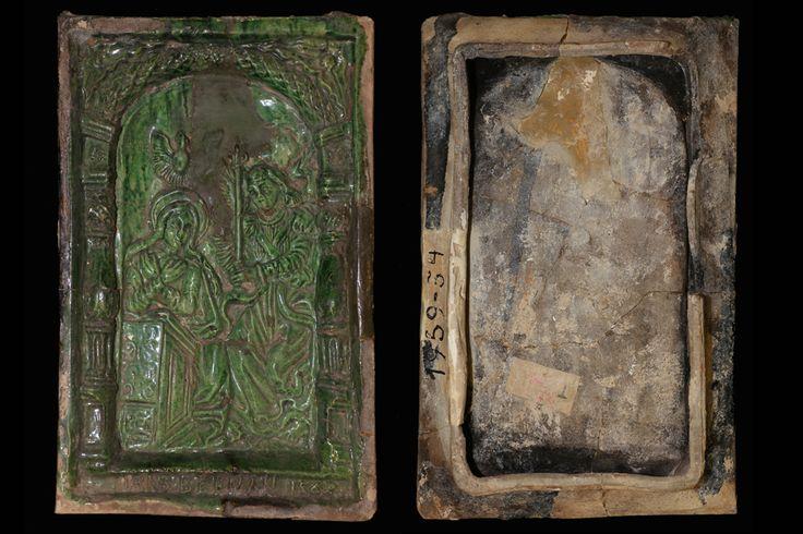 Fragment einer Blattkachel der Berman-Serie mit dem englischen Gruß grün glasiert, 2. Hälfte 16. Jahrhundert, H. 29,6 cm, Br. 18,8 cm Düsseldorf, Hetjens-Museum