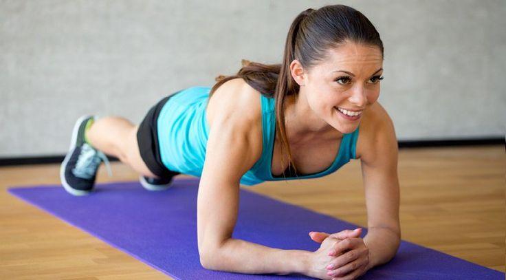 Cuando se trata de calificar entrenamientos, ningún ejercicio es mejor que el plank en términos de eficacia y tiempo (ni siquiera los abdominales).