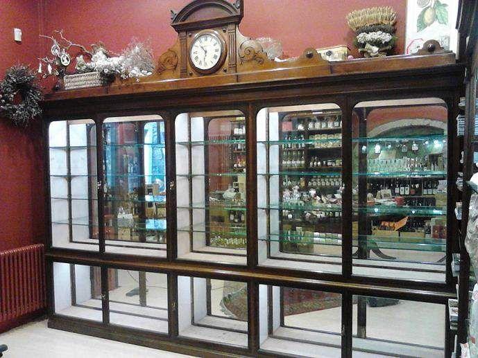 Vendo una magnifica vetrina in mogano e cristallo del 1850. Adatta per negozi di antiquariato, gioielleria ed argenteria ma anche abbigliamento. L'orologio ha un movimento elettrico ed è funzionante.