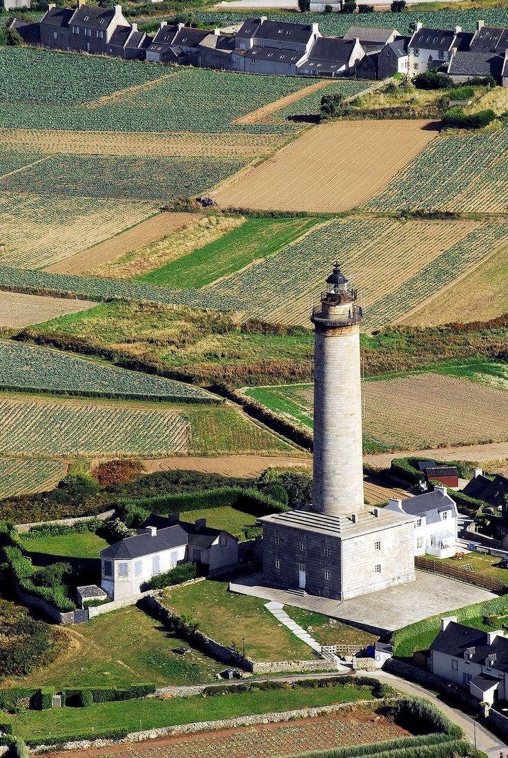 Ile de Batz, en Bretagne, en France; Situé sur une colline, à mi-chemin entre Batz et la pointe de Penn Enez, ce grand phare sécurise la navigation de l'île Vierge à l'archipel des Sept-Iles (liste commune de Perros-Guirec, Côtes d'Armor). Conçu selon les plans de base des ingénieurs Leonor et Augustin Fresnel, il est le frère jumeau de Penmarc'h phare, dont la construction a commencé en 1831 au sommet du même nom, sur la côte du Finistère Sud.