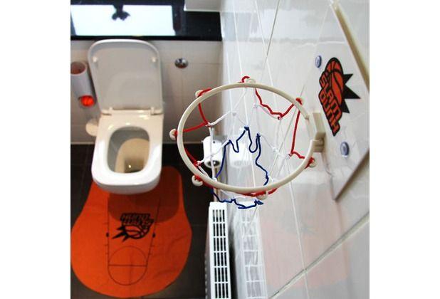 Langeweile auf der Toilette? Das ist mit dieser Geschenkidee vorbei. Üben Sie Ihre Treffgenauigkeit am Basketballkorb auf dem stillen Örtchen.  #Geschenk #Geschenkidee #Basketball #Korb #Toilette #Hertie  Thumbs Up