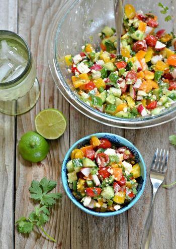 チョップドサラダ (Chopped Salad)とは、その名の通りすべての具材を小さくカットしたサラダのことです。 ドレッシングと具材がよく馴染み、ナイフを使う必要がないので手軽に食べられます。