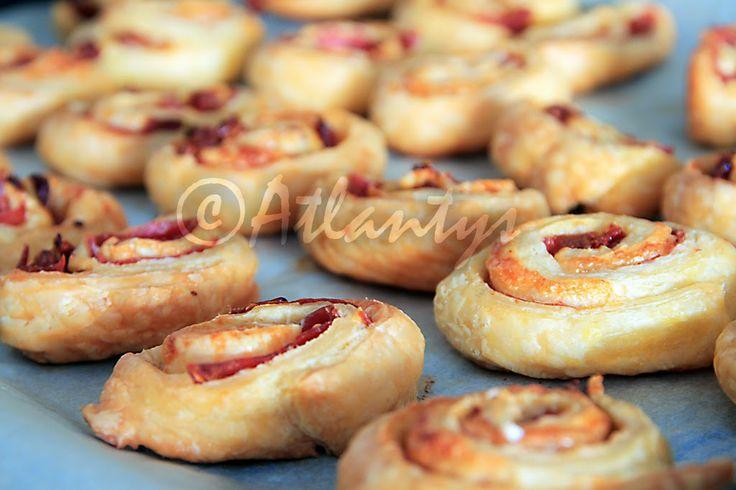 Caracóis de lombo de peru fumado, tomate seco e parmesão (Turkey ham, sun dried tomatoes and parmesan puffs)