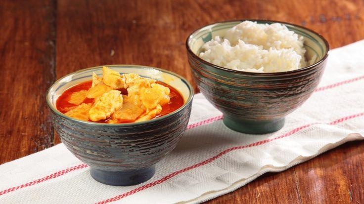 Ricetta Pollo al curry rosso con patate: Curry di qua, curry di là ma come si prepara questo benedetto curry? E poi che serve per farlo? Carne, pesce? Il curry è una preparazione che può essere sia a base di carne che di pesce, oggi Luca ci propone la versione con il pollo e le patate. Provate a guardare la videoricetta e a rifarla a casa, vedrete che soddisfazione! E potrete finalmente dire che anche voi sapete preparare un ottimo curry di pollo.