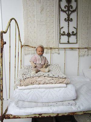 Deze pop heeft zijn plaatje gevonden op dit oude bed.