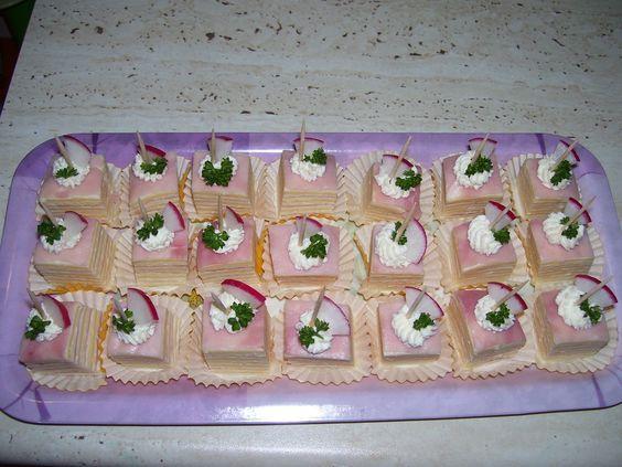 Na pláty alobalu klademe vždy plátek šunky, který potřeme pomazánkou, na to plátek sýra a zase pomazánku, zase šunku a pomazánku a tak pořád...