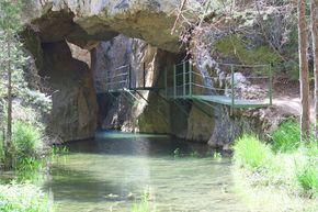 Calomarde y el Barranco de la Hoz te sorprenderán por su facilidad y su imponente belleza llena de puentes y pasarelas que te harán caminar sobre el agua.