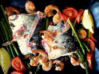Jamie Oliver's 30 minuten zalm uit de oven met aardappelen en salsa verde - http://www.volrecepten.nl/r/jamie-oliver-s-30-minuten-zalm-uit-de-oven-met-aardappelen-en-salsa-verde-270079.html
