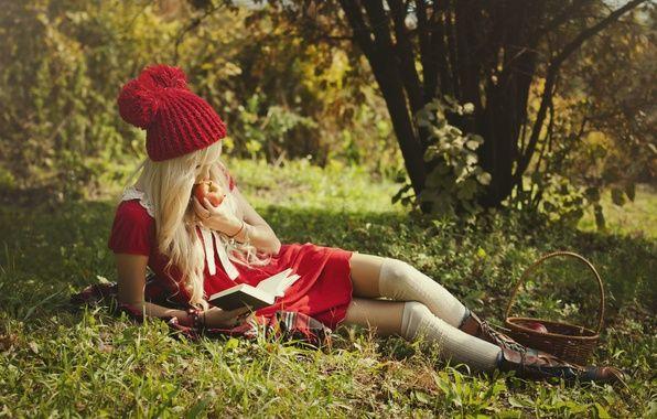 Обои на рабочий стол. Обои лежит, красная шапочка, природа, блондинка, ножки, в красном платье, книга, красотка, кушает, яблоко, девушка, ботинки, читает, корзина скачать.