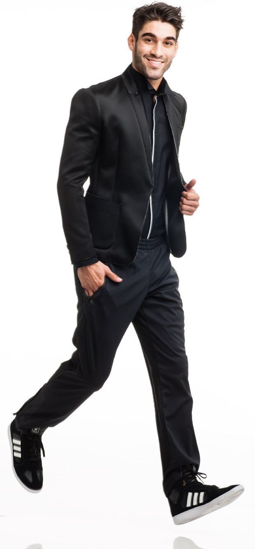 Blazer de neopreme Ellus R$ 1,1 mil. Camisa Babel por Samuel Duek R$ 348. Calça de nylon R$ 400 e tênis R$ 300 Adidas Originals (Foto: Marlos Bakker / GQ Brasil)