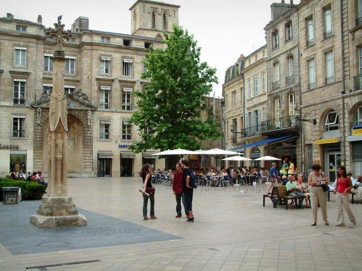 Bordeaux: Croix place Saint-Projet, terrasse de café et façades de la vieille ville - France-