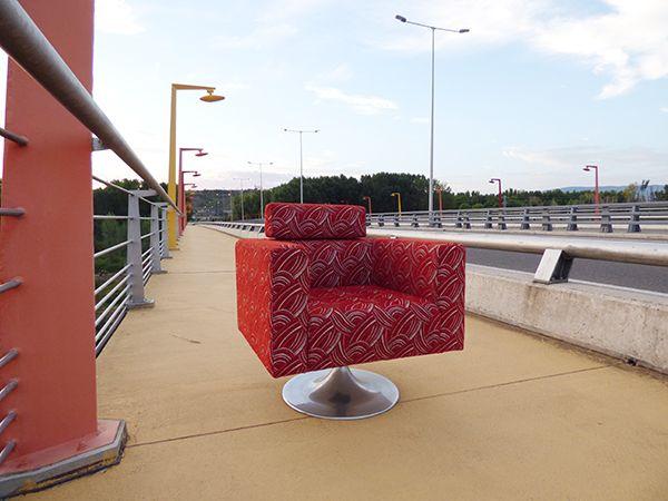 La butaca Belinda posa en la acera del puente que circula sobre el río Iregua a la altura del Hospital San Pedro de #Logroño. Más info en modelsofasytapizados.com