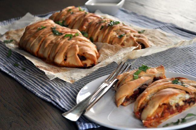 Innbakt pizza: Flettepizza med kjøttdeig