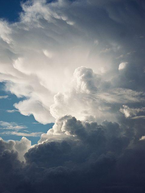 de wolken nemen het zonlicht op en krijgen een witte kleur.