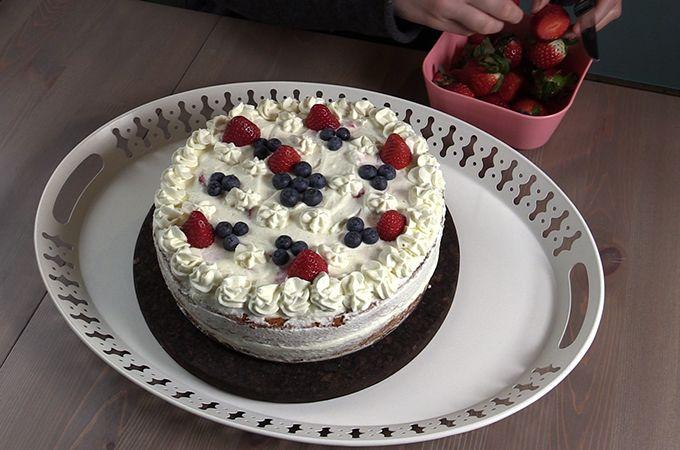 Ramona vom Tortenzirkus hat mir ihr liebstes Tortenrezept verraten. Mit der Erdbeer-Frischkäse-Torte können Frühling, Mutter- und Vatertag wirklich kommen!