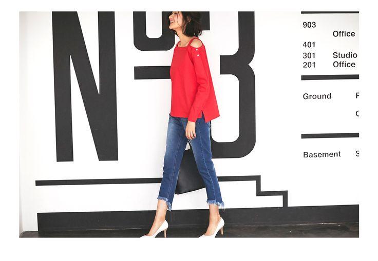 マイベストカラーの赤。一目惚れ💓でも綿素材なのでソフクラは着こなし注意。 ジャケットのインに着たり、袖はまくって、女性らしいカットの7cm以上のヒール👠はマスト。…だったら一枚でさらりと着られるとろみ素材のシャツの方がラクだよね。