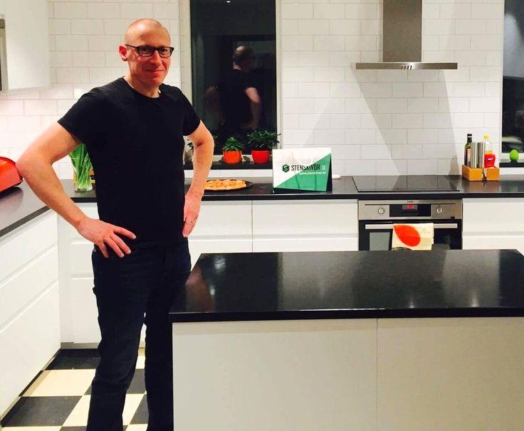 Alla ser bra ut i svart sägs det - och det stämmer! Även #kök! Här är det svart Nero Assoluto som gäller. Snyggt och modernt! #design