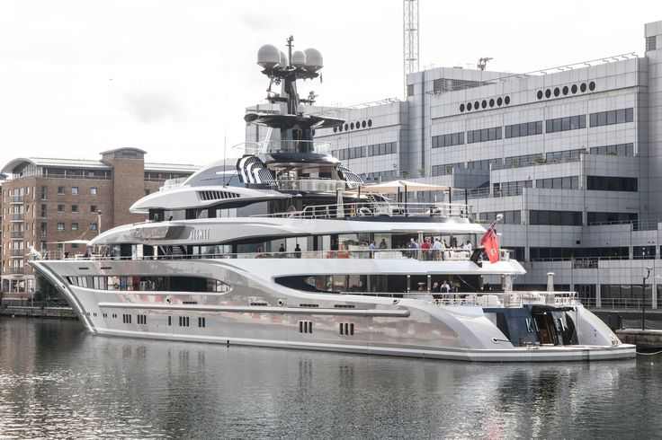 Superyacht 'Kismet' owned by the billionaire Shahid Khan was moored in Canary Wharf this morning it can be chartered for £940,000-a- week....!